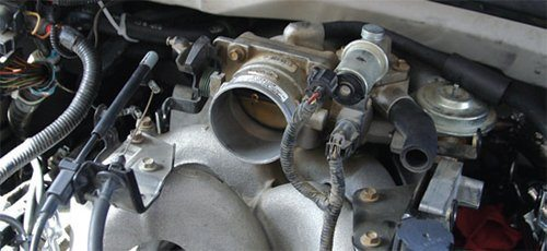 F-Series, Expedition, and Excursion induction systems are twopiece cast aluminum and plastic design. The top manifold is cast aluminum with long runners for good low-end torque. The bottom manifold is plastic with a two-way valve for varying runner length depending on RPM and throttle position.