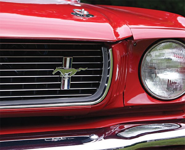 The use of the Mustang fender emblem offset in the grille also remained for the 1966 GT350, the only difference being that, for this year, the horse was mounted on a new aluminum grille insert.