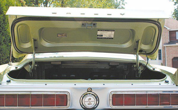 The underside of the 1968 deck lid mirrored that of the later allfiberglass 1967 types, although a smoother surface finish in 1968 was allowed by the use of matched metal dies to mold the parts.