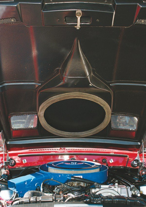 The underside of the hood contained integral ducting to plumb the two ram air inlets to the air cleaner. A large rubber ring provided sealing, which, for 1968, was mounted atop the air cleaner. Both GT350 and GT500 hoods contained functional integral ducting in 1969.