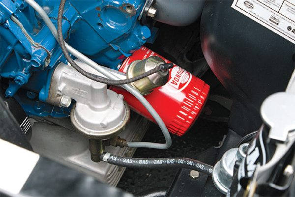 A change made by Ford in the fuel delivery system of the 289 between 1965 and 1966 concerns the fuel pump and filter. 1965 engines, and therefore those in 1965 and near-specification 1966 cars, used a large screw-on fuel filter canister suspended below the fuel pump (left), while full-specification cars got the 1966 type fuel pump (right). The fuel filter was now a screw-in unit threaded into the carburetor fuel bowl.