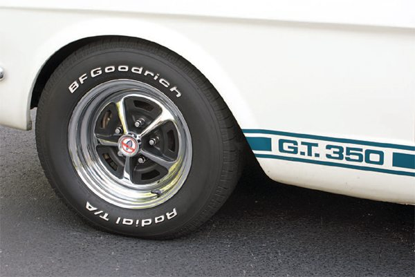 While standard production GT350s got the gray Magnum, a chrome version was ordered exclusively for the Hertz fleet. Near the end of GT350 production, chrome wheels were available for production cars, after the rental units had all been delivered, and 50 non-Hertz cars were shipped with the bright wheels.