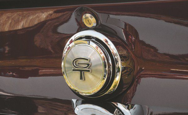 Inspired by the flip-open fuel caps of the racing Cobras and GT40s (left), the Mustang GT offered a chrome vertically-mounted rendition (right). Shelby used this as the basis for their GT350 and GT500 fuel caps.