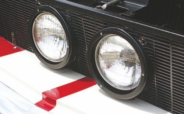 In the slanted grille installation, the lower half of the center headlights protrude farther from the mesh than the upper half. The black-painted trim rings were unique to the angled grille mesh (on those cars, the outer headlight trim rings were painted body color).